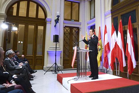 FPÖ-Klubobmann Heinz-Christian Strache steht auf der österreichischen Fahne als Podest