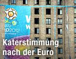 Hochhaus mit einem zerrissenen UEFA-Euro-2012-Plakat