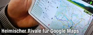 Smartphone mit Verkehrsplan auf dem Display