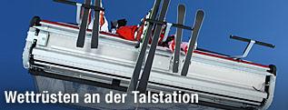 Skifahrer auf dem Sessellift