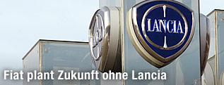 Lancia- und Fiatlogo auf Werksgebäude