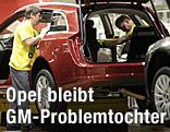 Opel-Arbeiter in einer Werkshalle