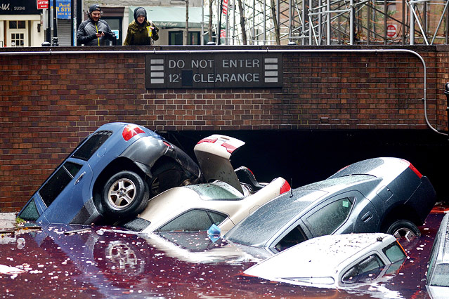 Überflutete Garage mit aufschwimmenden Autos in New York