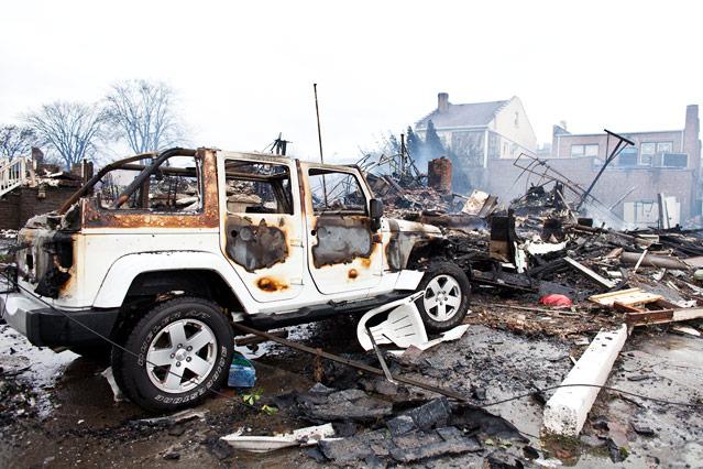 Ausgebranntes Auto im Stadtteil Breezy Point im Bezirk Queens, New York