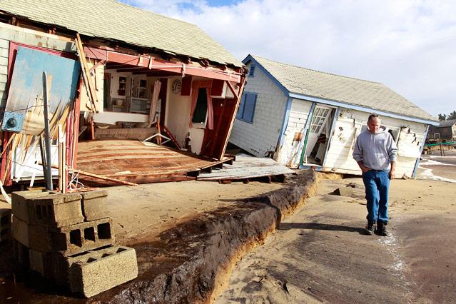Mann neben zerstörten Hütten in South Kingstown, Rhode Island