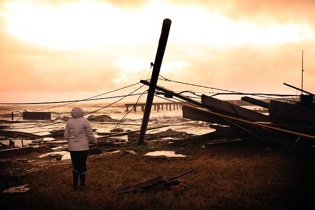 Frau betrachtet zerstörtes Standhaus in Atlantic City, New Jersey