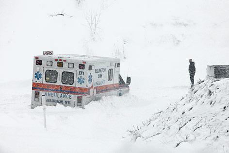 Ein Rettungsauto steckt nahe Belington, West Virginia, im Schnee fest