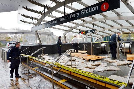 Polizisten sperren U-Bahn-Zugang ab