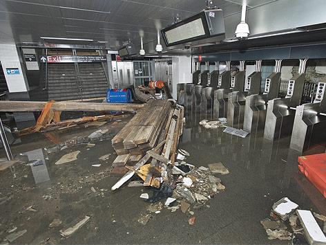 Überschwemmt New Yorker U-Bahnstation