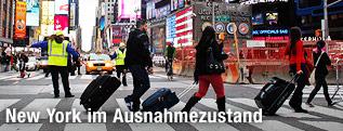 Menschen überqueren einen Zebrastreifen in New York
