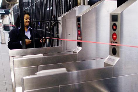 Frau sperrt Zugänge zur U-Bahn in New York
