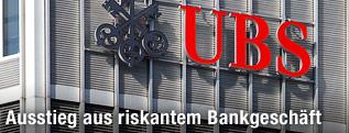 Logo der UBS an einer Außenfassade