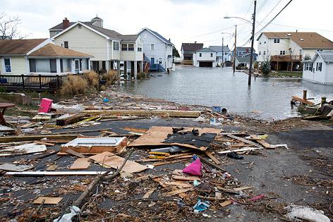 Trümmer und Wasser in den Straßen von East Haven (US-Bundesstaat Connecticut)