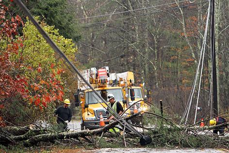 Einsatzkräfte säubern Straße von umgefallenen Bäumen in Milton (US-Bundesstaat New Hampshire)