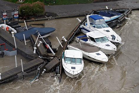 Boote an einem von Fluten gebrochenem Dock im Rocky River in Lakewood (US-Bundesstaat Ohio)