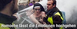 Demonstrantin mit Kopfbedeckung einer Nonne