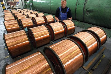 Mann arbeitet an einem Kupferkabel
