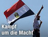 Mann hält ägyptische Flagge
