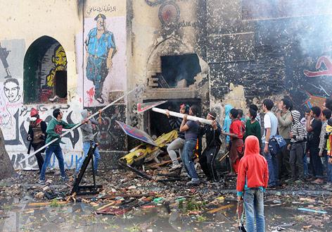 Mursi-Gegner brechen gewaltsam in ein Haus ein, in dem sich Mursi-Anhänger befinden