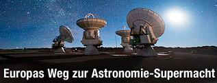 Nachtaufnahme der bereits in Betrieb befindlichen ALMA-Teleskope