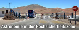 Kontrollposten vor dem Paranal-Observatorium in Chile