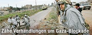 Soldaten stehen an der Grenze zum Gaza-Streifen