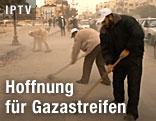 Männer säubern eine Straße im Gazastreifen