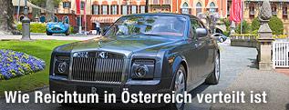 Rolls-Royce-Limousine vor einer Villa
