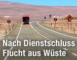 ESO-Shuttle-Bus auf einer Straße durch die Wüste
