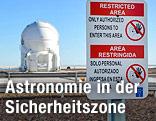 """""""Betreten Verboten""""-Schild vor dem Gelände des European Southern Observatory"""
