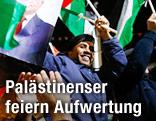Palästinenser mit Fahnen feiern auf der Straße