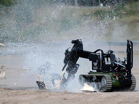 Roboter entschärft Testbombe