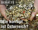 Hände greifen nach Euro-Münzen