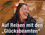 Lachende junge Frau mit traditioneller bhutanischer Kopfbedeckung