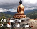 Im Bau befindliche Buddha-Statue von hinten mit Blick über die Landschaft