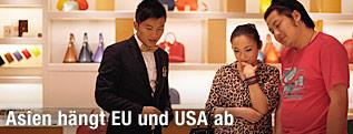 Ein Paar kauft in einem Luxus-Geschäft Schuhe