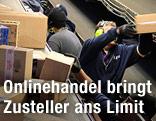 Arbeiter sortieren am Fließband Paketzustellungen