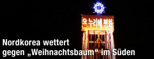 Turm mit Weihnachtsbeleuchtung