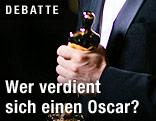 Oscar-Statue in einer Hand