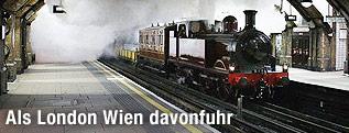 Eine restaurierte Dampflokomotive in einer londoner U-Bahn-Station