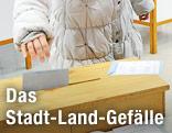Frau wird Stimmzettel in Urne