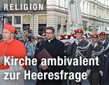 Gardesoldaten folgen Kardinal Schönborn