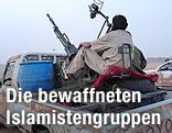 Tuareg-Rebell in Mali mit einem Maschinengewehr auf einem Pick-up-Truck