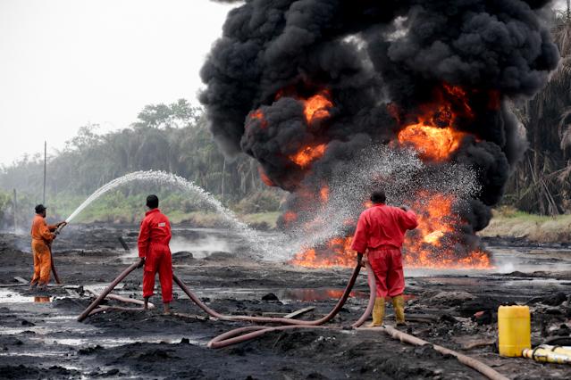 Löscharbeiten nach Explosion einer Pipeline