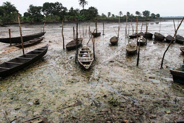 Fischerboote im Ölschlamm