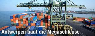 Container und Kran an der Hafeneinfahrt von Antwerpen