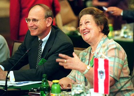 Die Regierungsbeauftragte für Zwangsarbeiterfragen Maria Schaumayer und US-Vizefinanzminister und Unterhändler in Sachen Zwangsarbeiterentschädigung Stuart Eizenstat
