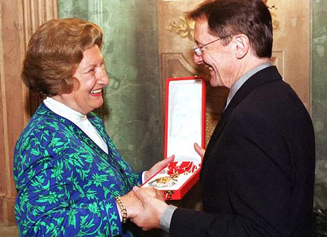 Wolfgang Schüssel überreicht Maria Schaumayer das große goldene Ehrenzeichen am Bande für besondere Verdienste um die Republik Österreich