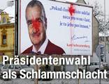 Ein mit Farbe angeschmiertes Wahlplakat von Karel Schwarzenberg