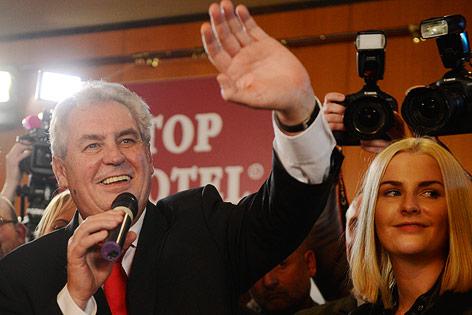 Milos Zeman jubelt mit seiner Tochter